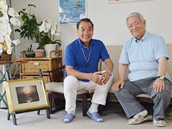 「いのち無限」を置いて、富士山の話が弾む。いやしの村東京事務所にて