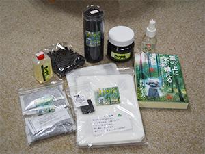 新野さんの竹炭商品(一部) 写真右:『雲の上に木を植える』(Eco・クリエイティブ刊)